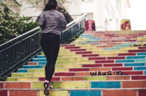 Tag trappen i højt tempo mindst en gang om dagen - Foto af Ev, Unsplash